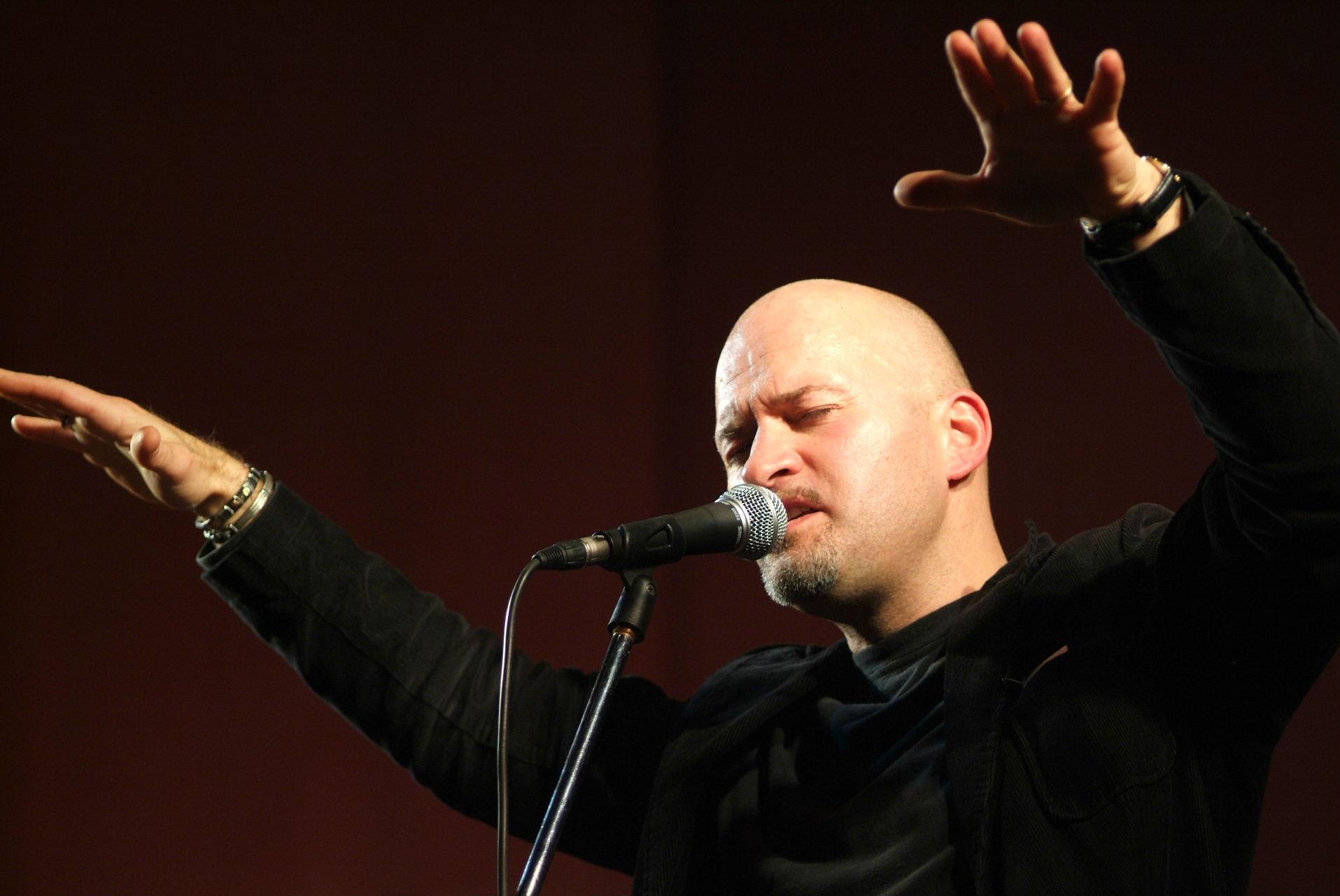Pier Mazzoleni, il canto poetico della strada al centro del mondo e del tempo