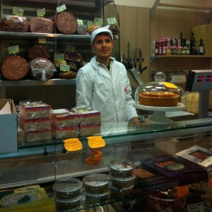 Roberto Cioccari nel suo negozio di Gastronomia
