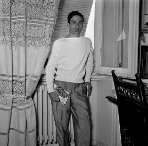 Pier Paolo Pasolini con il suo primo romanzo Ragazzi di Vita nella casa di Via Fontejana 86