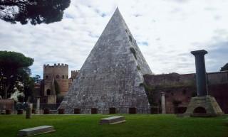 Ai-piedi-dellAventino-si-staglia-monumentale-la-Piramide-Cestia-monumento-funebre-di-fine-I-secolo-aC-di-chiara-ispirazione-egiziana[1]